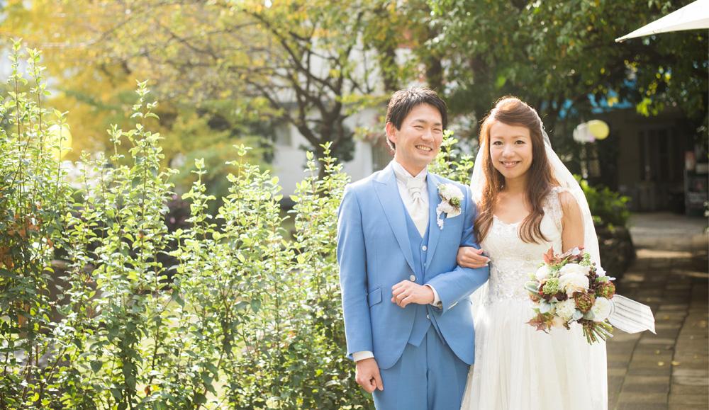 ブルーのウェディングスーツをオーダーした新郎と白いウェディングドレスの新婦