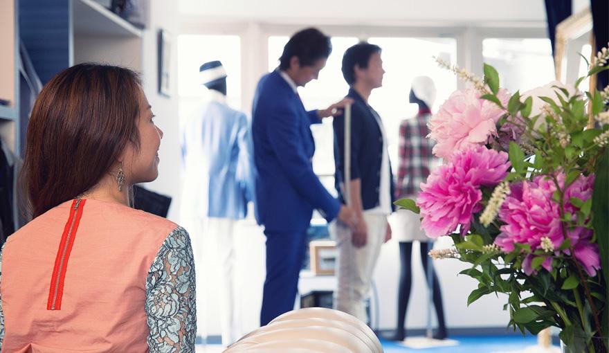 輝く新郎を頼みにする花嫁